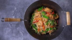 Chow mein (kuře, krevety, brokolice, mrkev)