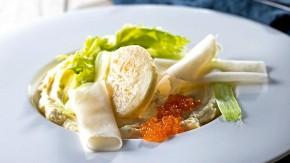 Pyré z pečeného celeru v soli s nakládanou kedlubnou