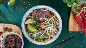 Vietnamská polévka Pho Bo s rýžovými nudlemi a hovězím masem
